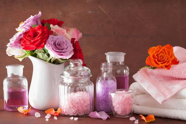 Aromaterapia de spa com flores rosas, óleos essenciais e sal