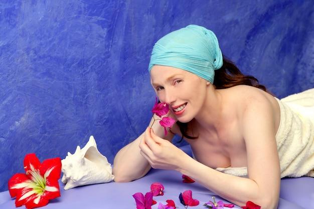 Aromaterapia em uma placa azul flores cor de rosa
