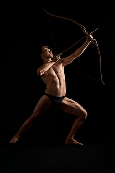 Arqueiro atlético atirando com arco.