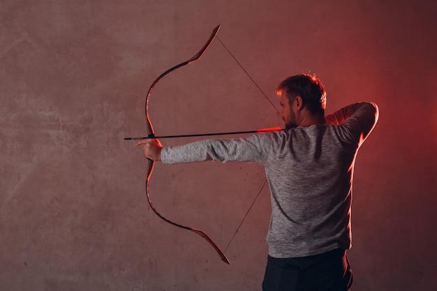 Arqueiro com arco e flecha clássico