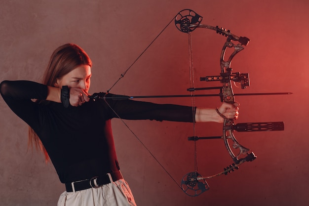 Arqueiro mulher com arco e flecha