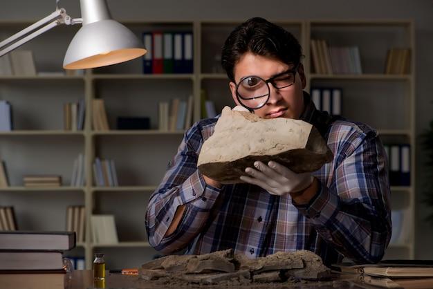 Arqueólogo trabalhando tarde da noite no escritório