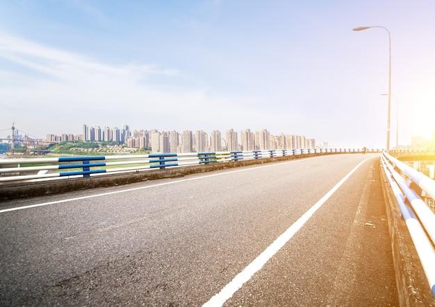 Arquitectura da cidade com uma estrada