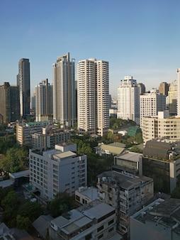 Arquitectura da cidade de banguecoque, distrito financeiro com edifício elevado no por do sol.