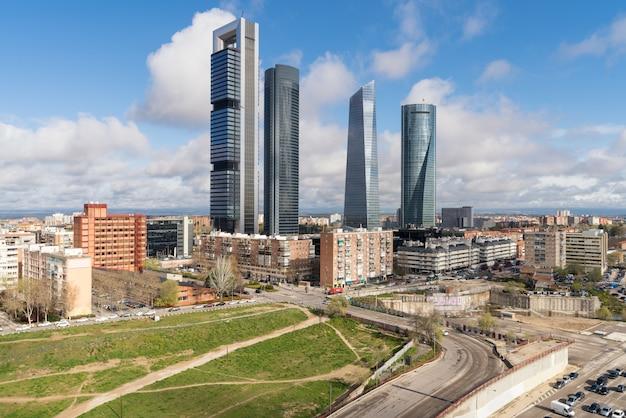 Arquitectura da cidade de madrid no dia. paisagem do edifício do negócio de madrid na torre quatro.