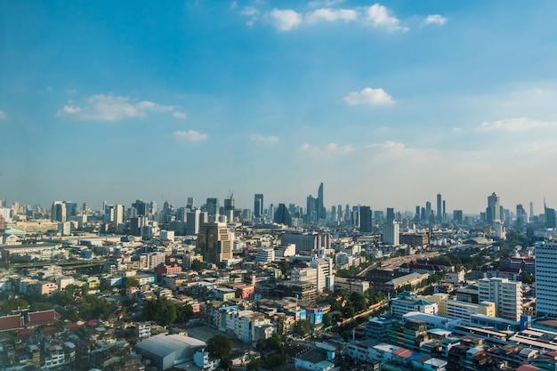 Arquitectura da cidade e edifício de banguecoque no dia