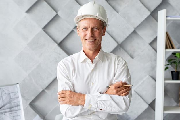 Arquiteta, com, segurança, capacete, posar