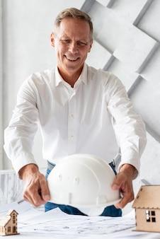 Arquiteta, pôr, capacete segurança, escrivaninha