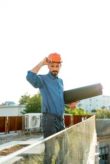 Arquiteta, segurando, blueprint, com, protetor, capacete