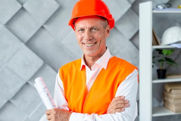Arquiteta, sorrindo, em, equipamento segurança