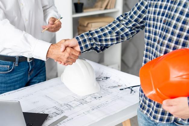 Arquiteto acabamento negociando com cliente