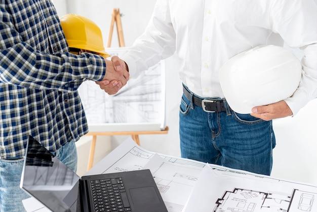 Arquiteto acabamento negociando o projeto