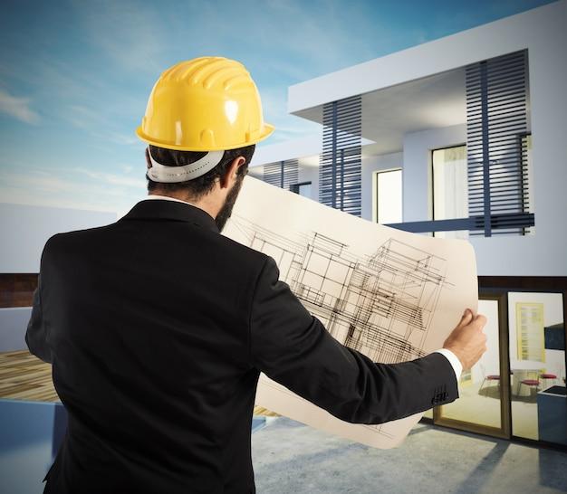 Arquiteto analisa o projeto de um edifício