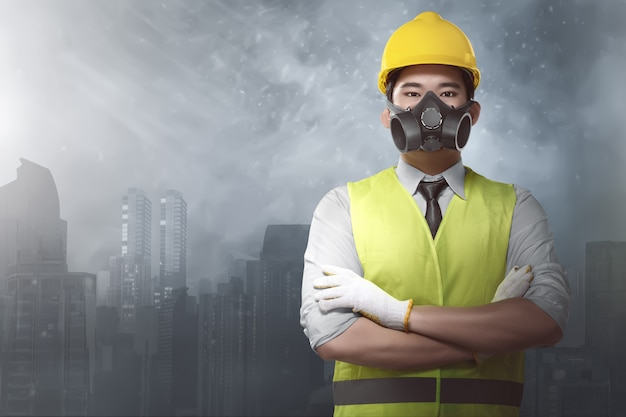 Arquiteto asiático atraente com capacetes e uniforme