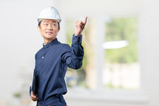 Arquiteto asiático jovem bonito