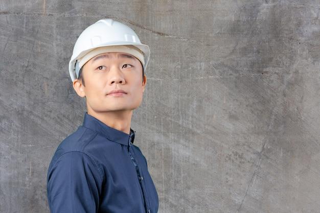 Arquiteto asiático novo considerável do homem