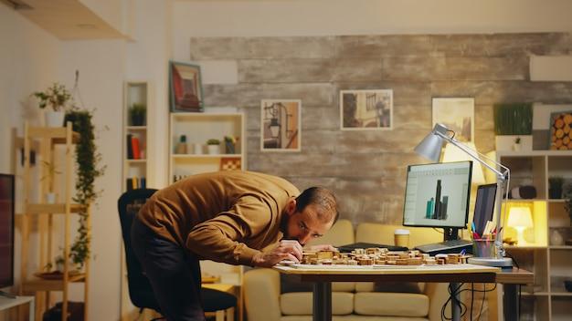 Arquiteto barbudo trabalhando em um projeto de urbanização para a cidade. empresário de sucesso.