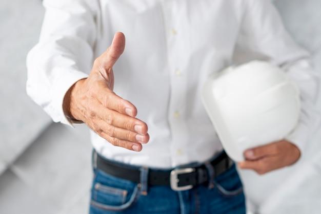 Arquiteto de close-up dando um aperto de mão