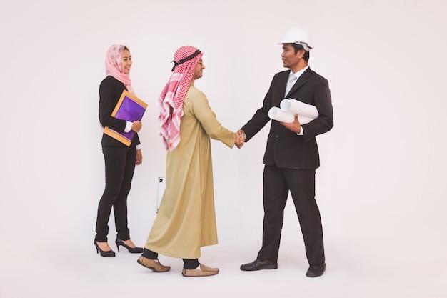 Arquiteto de engenheiro de construção de equipe de negócios e trabalhador