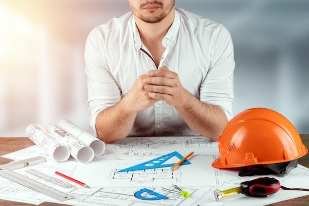 Arquiteto de engenheiro para um stolos com desenhos de construção arquitetônica
