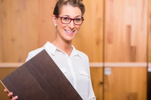 Arquiteto de interiores escolhendo piso de madeira parquet