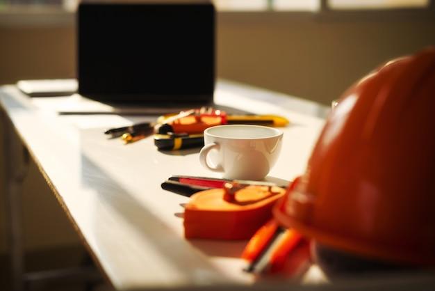 Arquiteto de mesa de engenheiro com projeto de arquitetura de objeto.