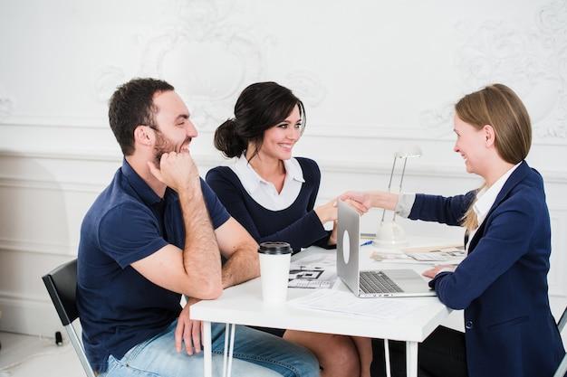 Arquiteto de reunião do jovem casal para futura casa