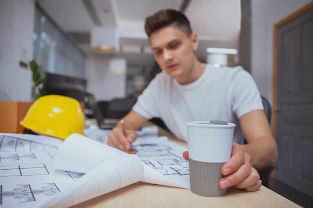 Arquiteto de sucesso trabalhando em projetos no escritório
