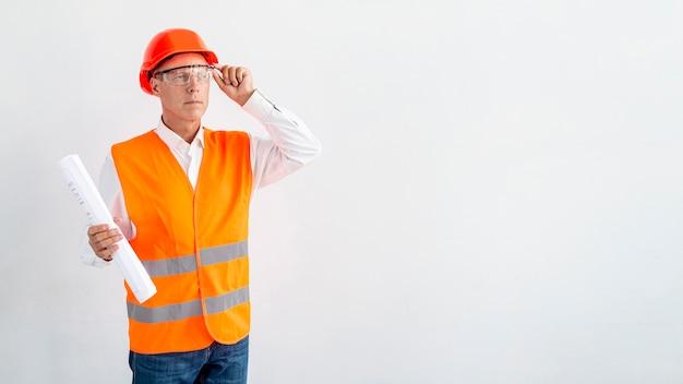 Arquiteto de tiro médio com fundo branco