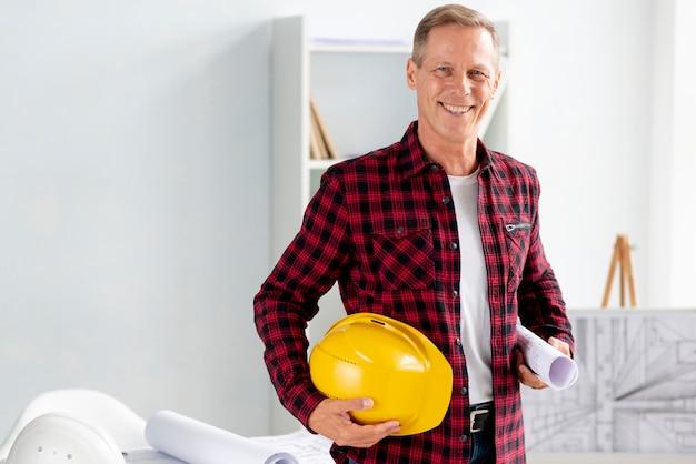 Arquiteto de vista frontal posando em seu escritório