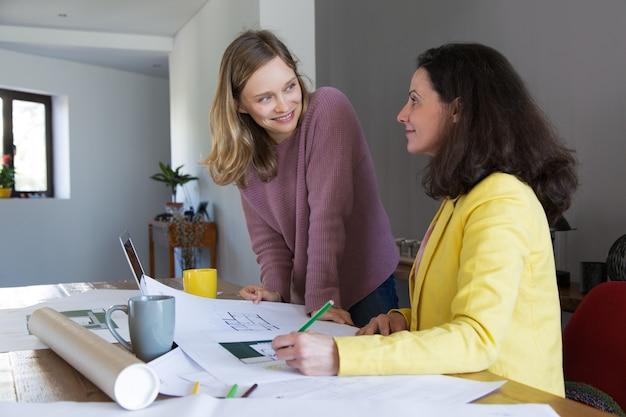 Arquiteto, discutir, casa, desenho, com, sorrindo, femininas, cliente