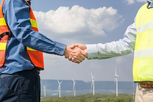 Arquiteto e engenheiro apertam a mão