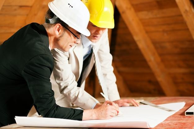 Arquiteto e engenheiro de construção discutindo plano