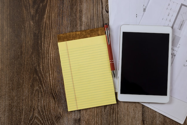 Arquiteto e engenheiro designer com projeto de construção de plano de projeto de cozinha em gabinete modular no tablet digital