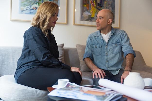 Arquiteto e seu cliente discutindo o projeto de renovação