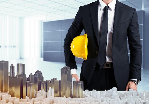 Arquiteto em escritório mostra o projeto urbano
