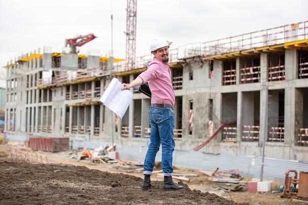 Arquiteto em um canteiro de obras comemora o sucesso do projeto de construção.
