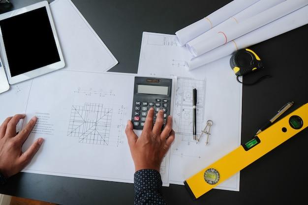 Arquiteto engenheiro trabalhando na planta da casa do projeto imobiliário.