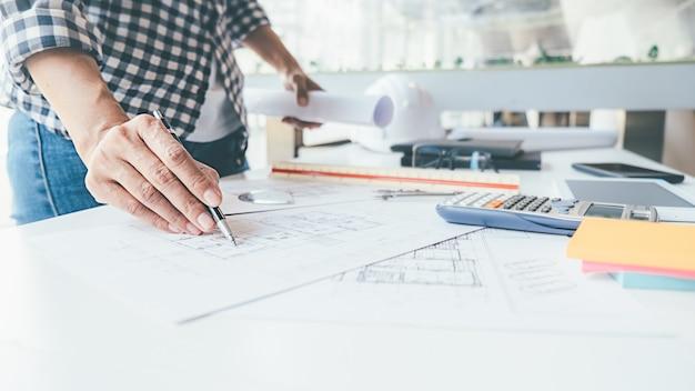 Arquiteto engineer design working no conceito de planejamento de planta