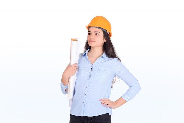 Arquiteto feminino segurando a planta.