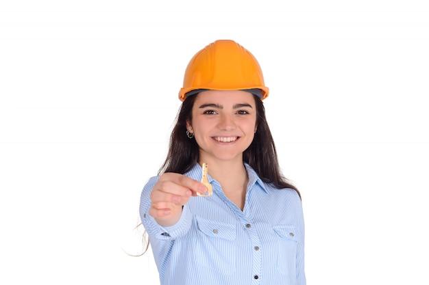 Arquiteto feminino segurando uma chave.