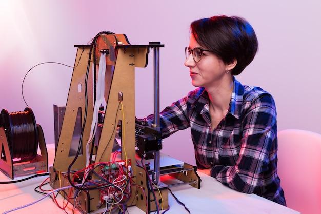 Arquiteto feminino usando impressora no escritório.