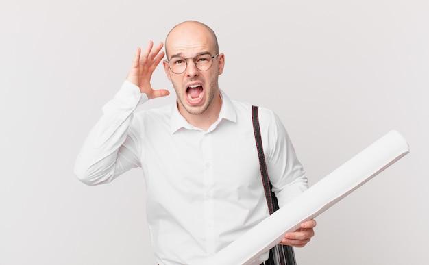 Arquiteto gritando com as mãos para o alto, sentindo-se furioso, frustrado, estressado e chateado