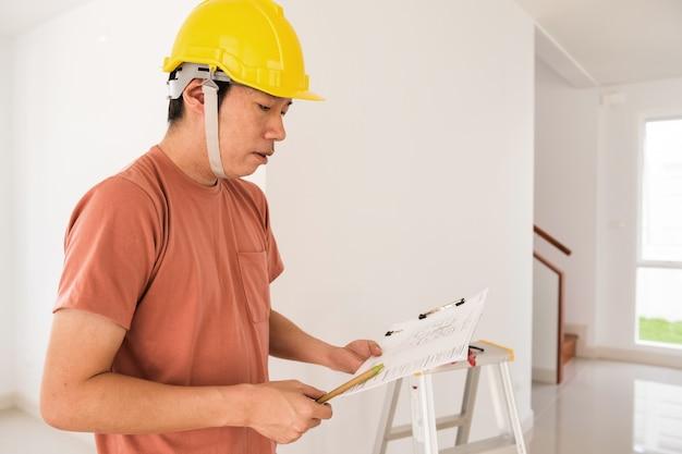 Arquiteto homem verificar casa modelo