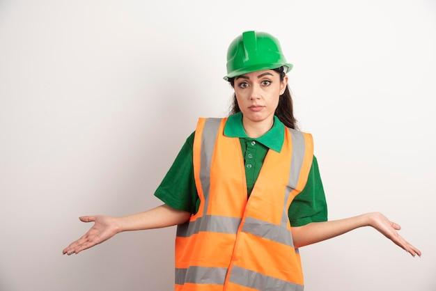 Arquiteto jovem de uniforme e capacete. foto de alta qualidade