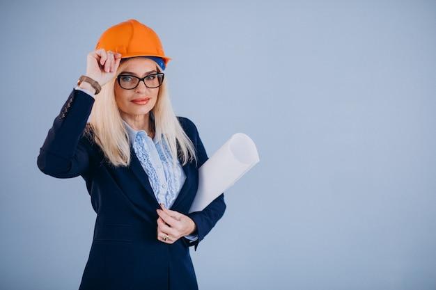 Arquiteto maduro da mulher no capacete de segurança