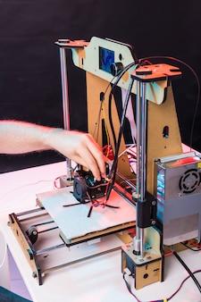 Arquiteto masculino usando impressora no escritório.