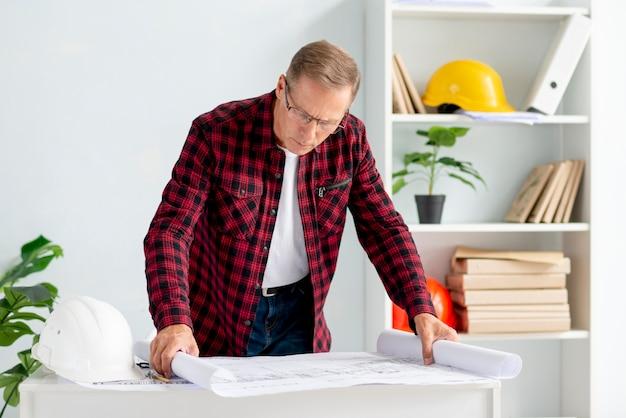 Arquiteto no escritório verificando projeto