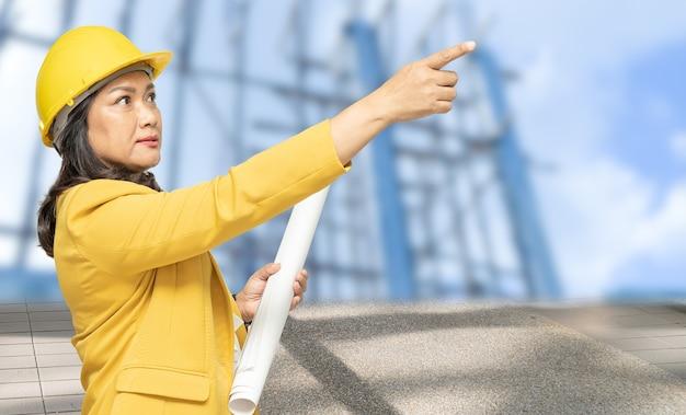 Arquiteto ou engenheiro trabalhando com capacete de contabilidade e construção de projeto no escritório, conceito de conta de construção.