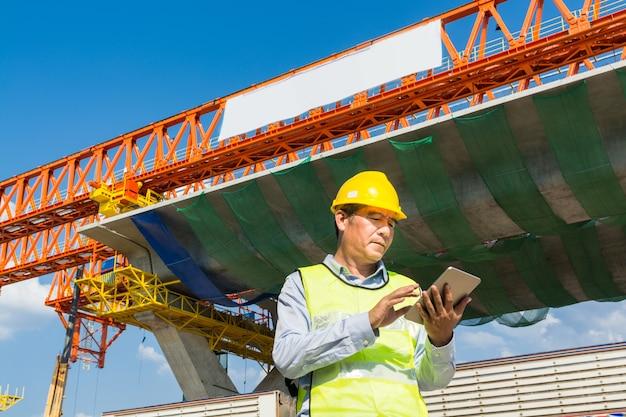Arquiteto ou engenheiro trabalhando com digital wireless table